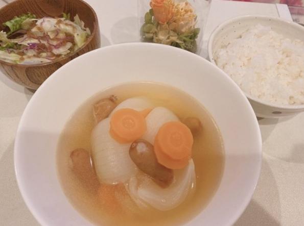 セクシー女優・二宮ひかりさん(21)、たまねぎ丸ごと1個使ったスープを作る これはお嫁さん検定合格? (※画像あり)