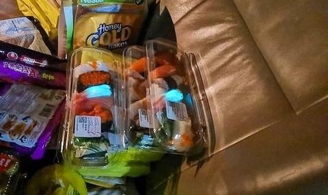 【画像あり】タイ人さん、発光するスーパーの寿司を発見!ついでに食べるwww